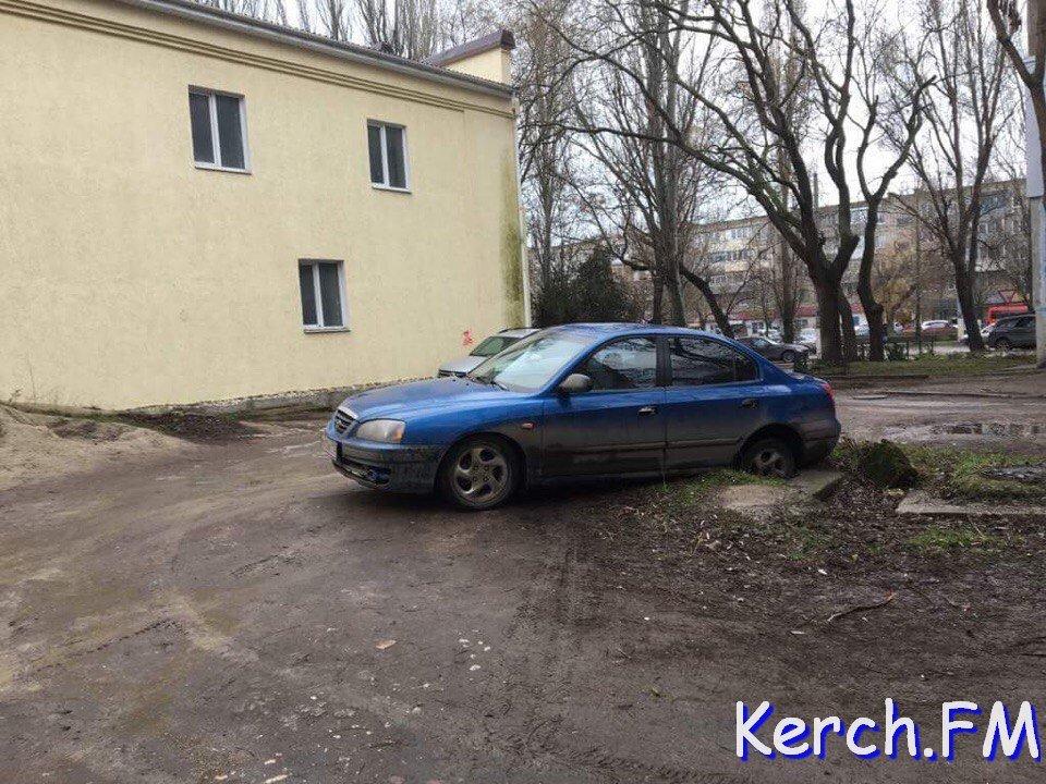 В Крыму легковушка провалилась в канализационный люк (ФОТО)