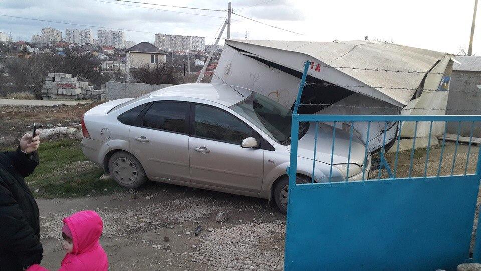 В Севастополе лихач на иномарке снес гараж (ФОТО)