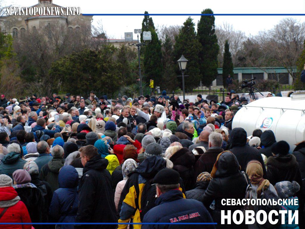 Освящение воды, крестный ход и окунание: как в Севастополе отпраздновали Крещение (ФОТОРЕПОРТАЖ)