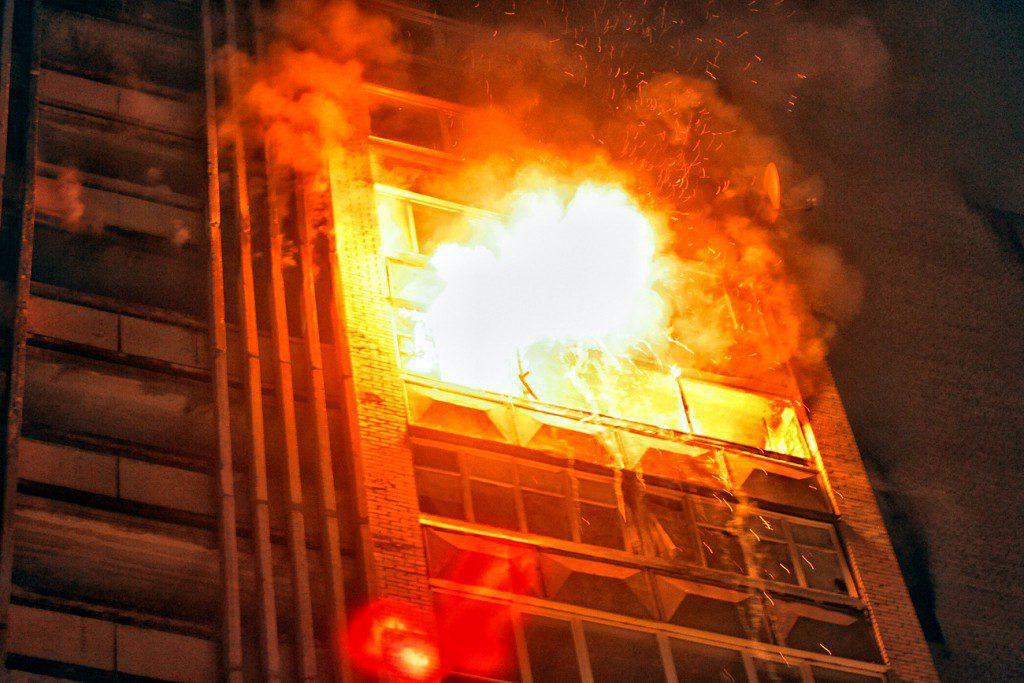 Ночью в Евпатории горела пятиэтажка: пенсионерку госпитализировали в больницу