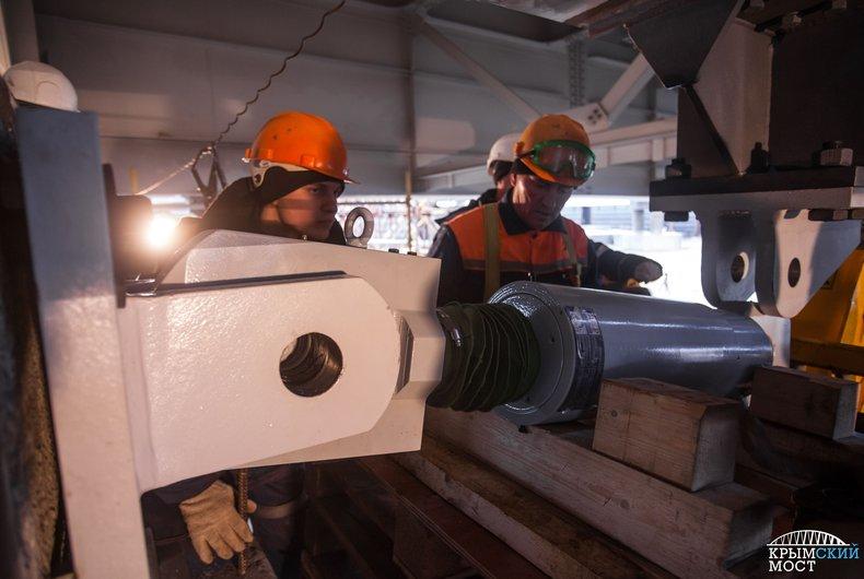 На Крымском мосту начали устанавливать антисейсмические устройства