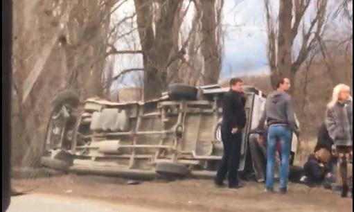 Под Симферополем после столкновения с легковушкой перевернулся микроавтобус (ФОТО)