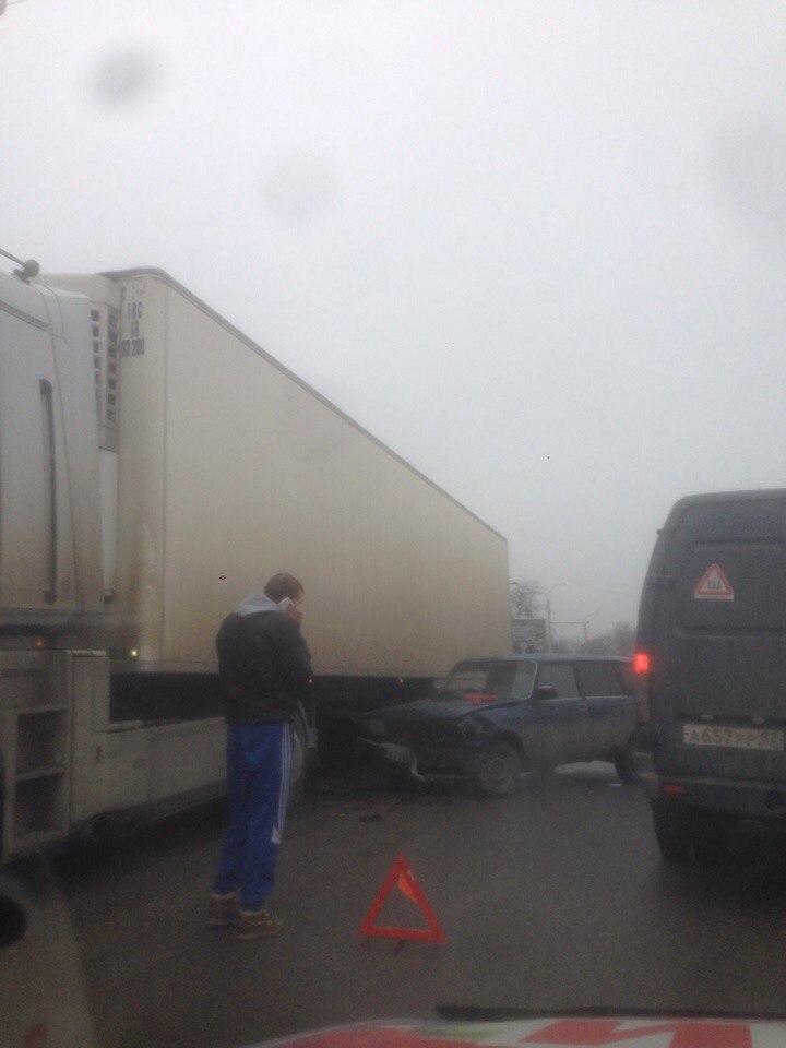 В Симферополе ВАЗ влетел в фуру (ФОТО)