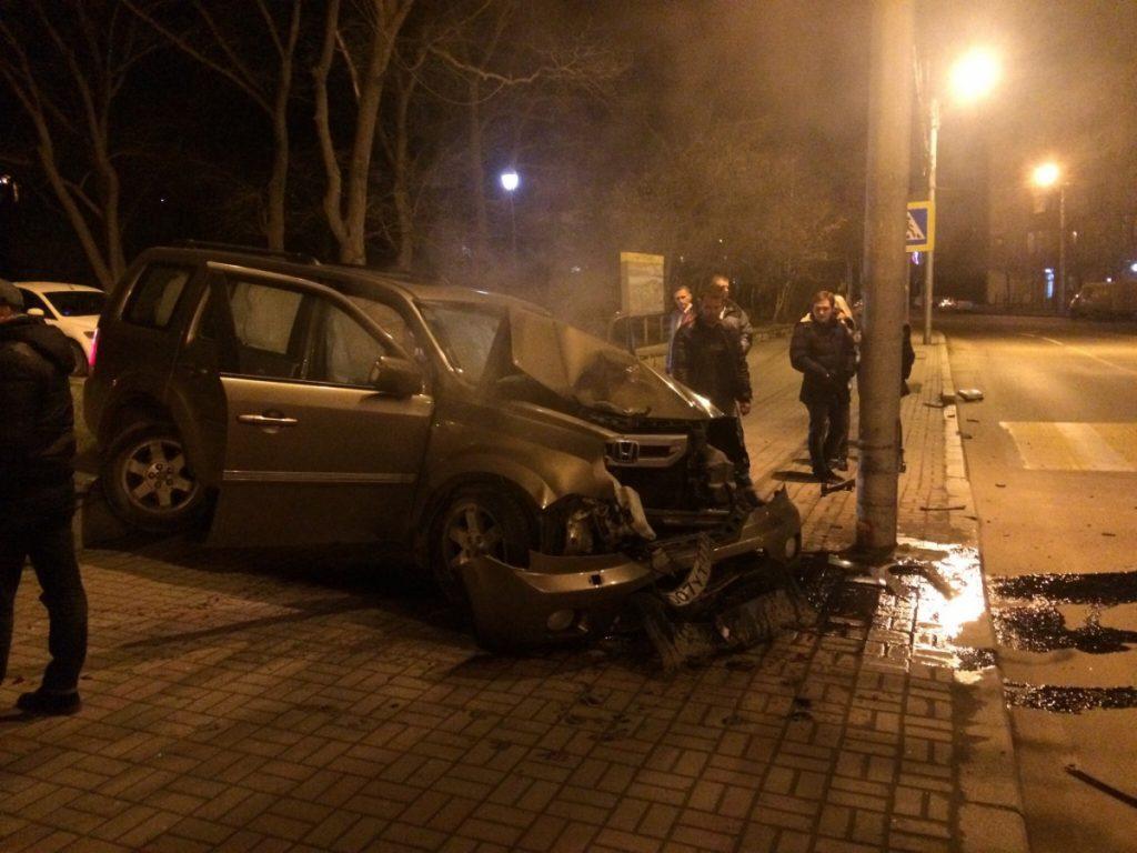 Ночью в центре Севастополя разбился о столб внедорожник (ФОТО)