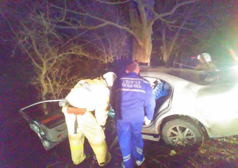 В Крыму водитель Chevrolet, уходя от столкновения с велосипедистом, насмерть разбился о дерево (ФОТО)