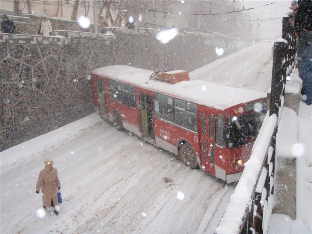 на проспекте Генерала Острякова попали троллейбус и спецмашина коммунальщиков.