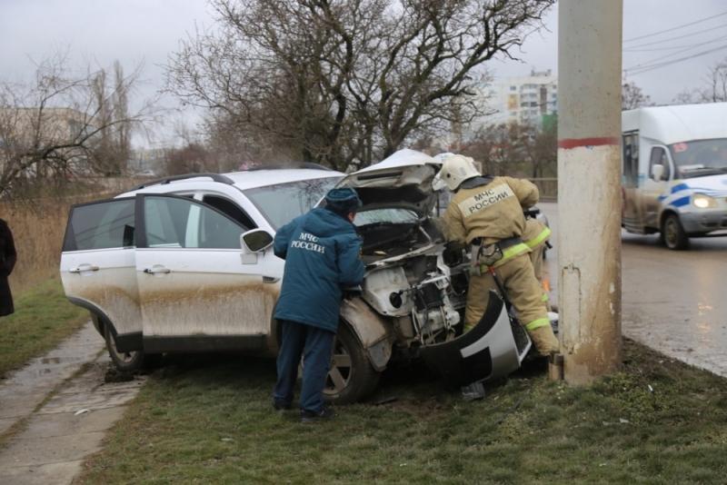 В Крыму девушка на внедорожнике влетела в столб (ФОТО)