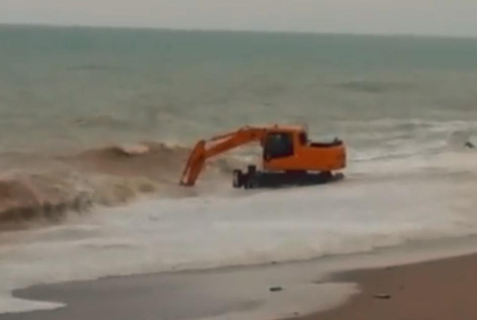 В Крыму экстремал искупал экскаватор в штормящем море (ВИДЕО)
