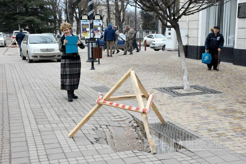 В центре Симферополя яма в плиточном покрытии превратилась в большой провал (ФОТО)