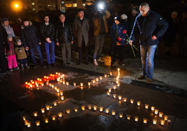 Севастопольцы выложили самолет из горящих свечей в память о погибшем в Сирии летчике