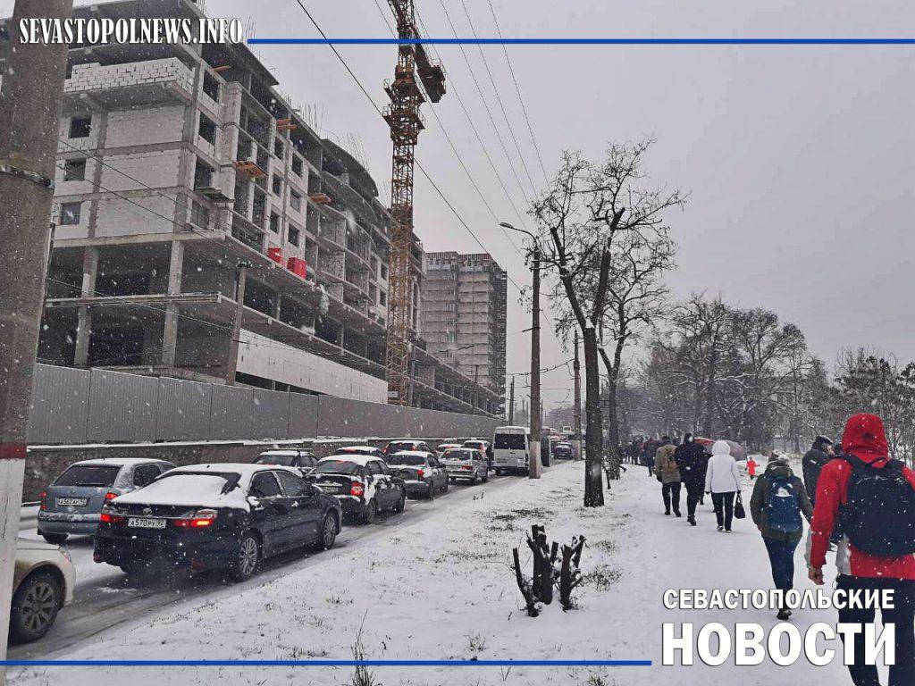 Снежный коллапс в Севастополе: не посыпанные дороги, пробки и ДТП (ФОТО)