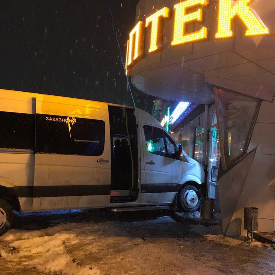 В Симферополе микроавтобус влетел в аптеку (ФОТО)