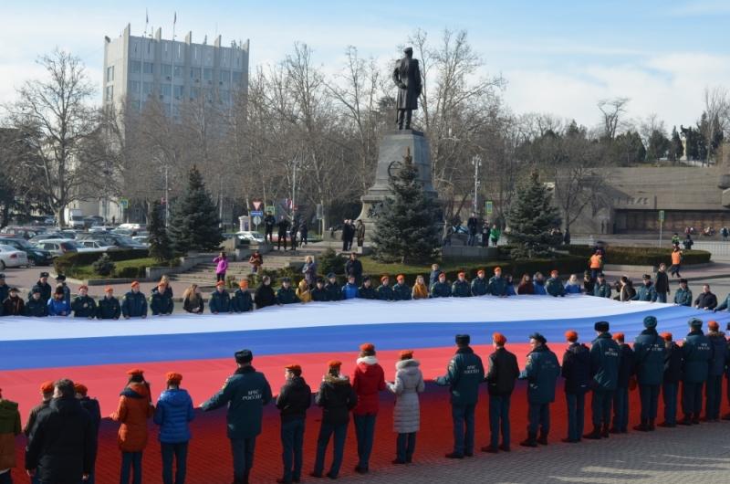 В центре Севастополя развернули 50-метровый триколор (ФОТО)