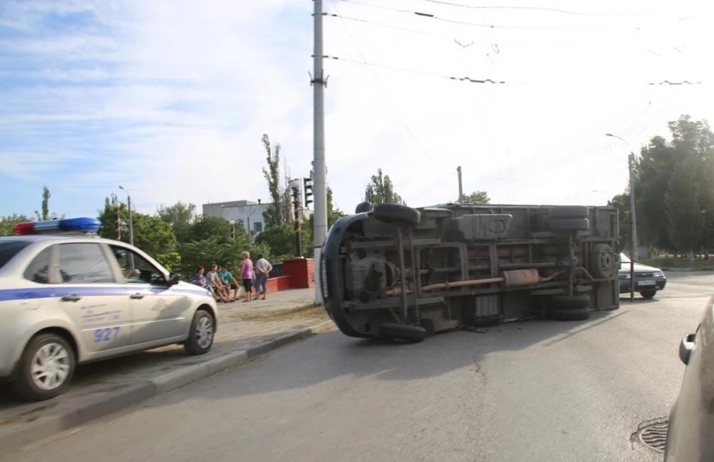 В ДТП в Крыму грузовик придавил ВАЗ